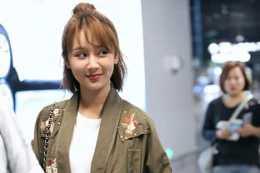 楊紫:身穿長款外套,搭配白色T恤和藍色超短褲顯得青春靚麗