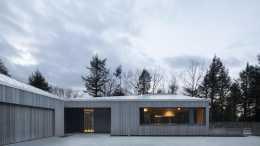 以教堂為靈感的私人住宅,屋頂呈幾何形式,內部空間面向湖泊開放