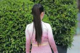 褐色緊身上衣搭配個性高跟鞋,上短下長,給人一種層次感