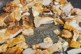 五花肉炒扁豆蓋燒飯,噴香可口,夏日美味