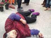 老太被車撞倒,女司機逼她跪車前認錯,老太兒子一來,女子癱地上