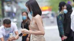 路人街拍:金色真絲吊帶包臀裙,盡顯肉感身材