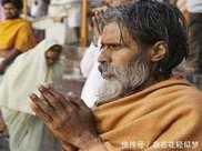 印度如何度過炎熱的夏天靠喝井水避暑,睡覺的人隨處可見!