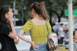 青色美背短袖搭配藍色性感打底褲,明顯的腰線,高高瘦瘦的效果