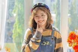 畫畫的越南女生,青春甜美的打扮,看起來可愛又迷人