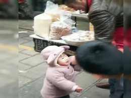 """""""好吃佬寶寶""""炒貨攤上偷吃被揍走紅,小寶寶都懷疑人生了"""