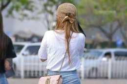 披肩秀髮的一字肩打底褲美女,輕鬆演繹各種風格,氣質提升
