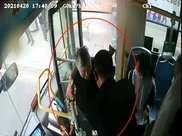 """奇怪!這輛公交車""""清場""""全部乘客,只留下一個人,35個車站還站站停靠"""