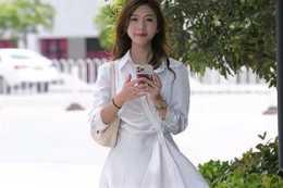 白色襯衣裙搭配透明高跟涼鞋,青春靚麗
