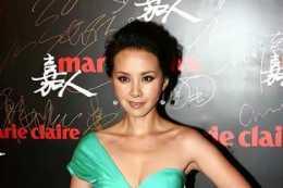 43歲的何琳美得靚麗,穿一條淺綠色單肩裙,秀出天鵝頸更迷人