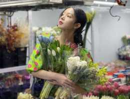 陳瑤現身花店拍美照,新潮設計款上衣勸退網友:我穿就是村姑