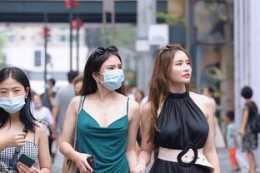 氣質不凡的連衣裙穿著盡顯美好曲線,輕盈大方又顯氣質,略顯低調