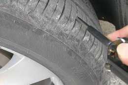 """輪胎卡石子不要拿鑰匙摳,老司機教你一招,石子""""一掃光"""""""