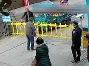 男子回家被物業攔, 掄錘怒砸小區門, 鄰居 物業沒錯!